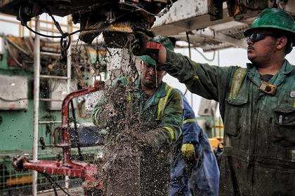 U.S. RIGS DOWN 9 TO 975